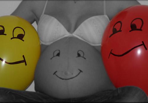 Foto einer Schwangeren mit Luftballons