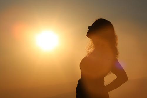 Foto einer Frau mit Sonnenuntergang